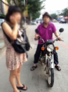 中国人,女子大生,バイク,スマホ