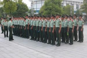中国の大学、軍事訓練。教官たち
