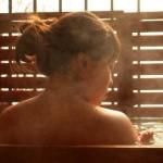 温泉に入っている女性の背中