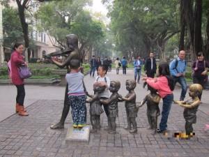 沙面で遊ぶ中国の子供たち
