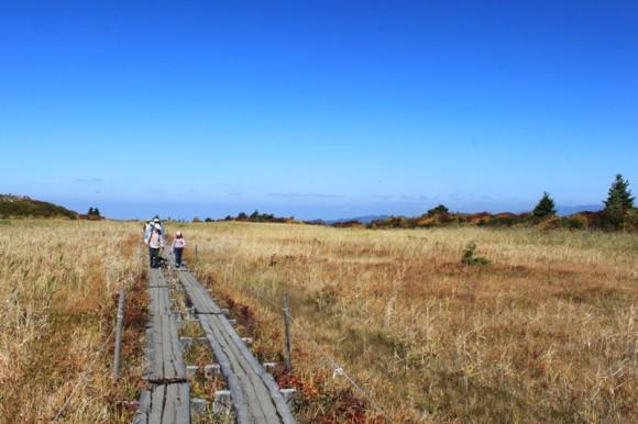 栗駒山の登山道、見晴らしがいいポイントです。