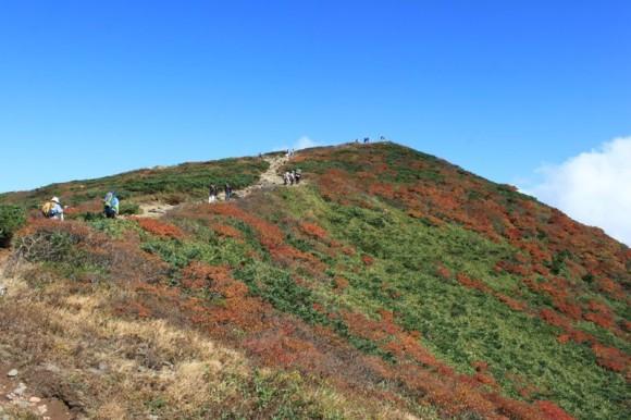 岩手県栗駒山の頂上まであと少し