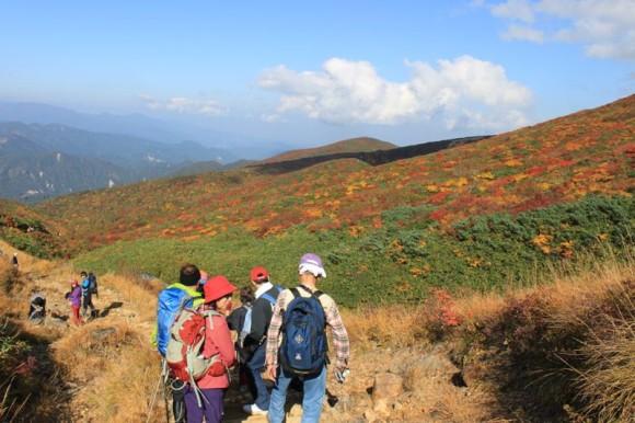 栗駒山の紅葉を楽しみながら下ります