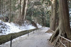 冬の中尊寺の月見坂は滑るので注意。