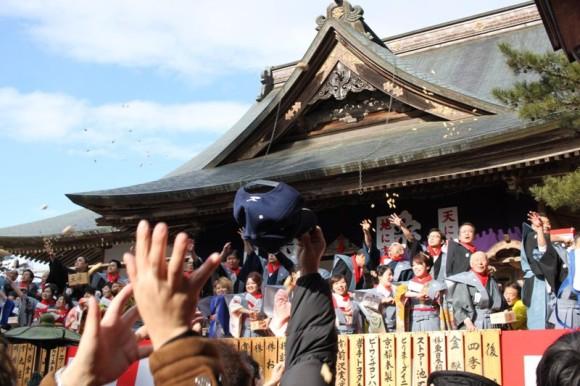 中尊寺の大節分会で帽子を使い豆を取る