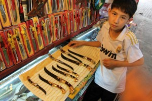 ウルムチ,バザール,ナイフ売の少年