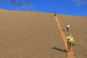 砂山を登る