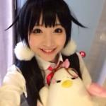 小柔SeeU、女子高生のコスプレで笑顔