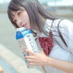 小柔SeeU、女子高生のコスプレで牛乳を飲む