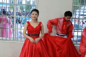 中国人女子学生と真っ赤なドレス