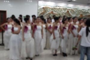 女子大学生とウェディングドレス