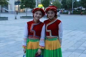 少数民族の衣装を着る女子大学生