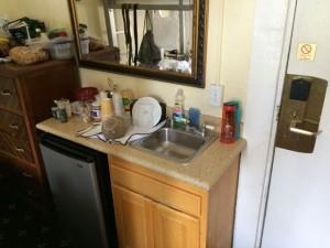 ドミトリールームの洗面台と冷蔵庫