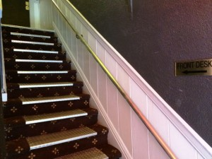 encore express hostel、フロントまでは階段を上る