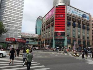 上海浦東新区、タイムズスクエア前の交差点