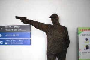 広州体育館の館内にある紙でできた像