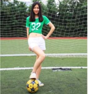 中国人女性とサッカーボール