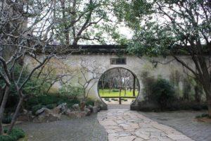 留園の丸い出入口