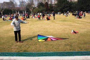 上海の中山公園で凧をあげる