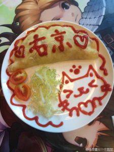 上海のメイドカフェ、オムライスに絵を描く