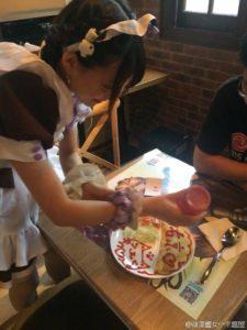 上海のメイドがケチャップで絵を描く