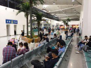 恵州空港のベンチ。飛行機が到着してすぐの様子