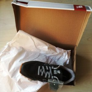 ニューバランスのスニーカー、箱を開けた状態