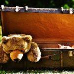 スーツケースの中に入っているクマのぬいぐるみ
