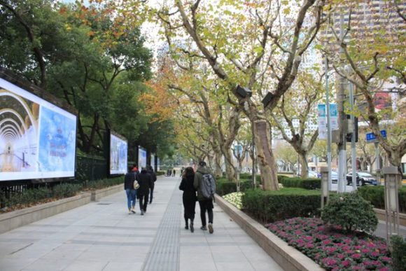南京西路の歩道とカップル