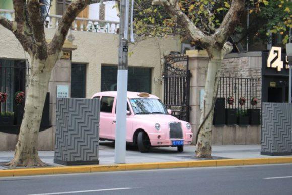 南京西路で見かけたピンク色の車