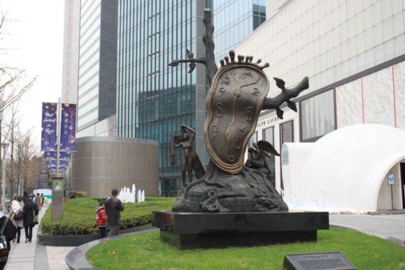 南京西路で見た時計のオブジェ