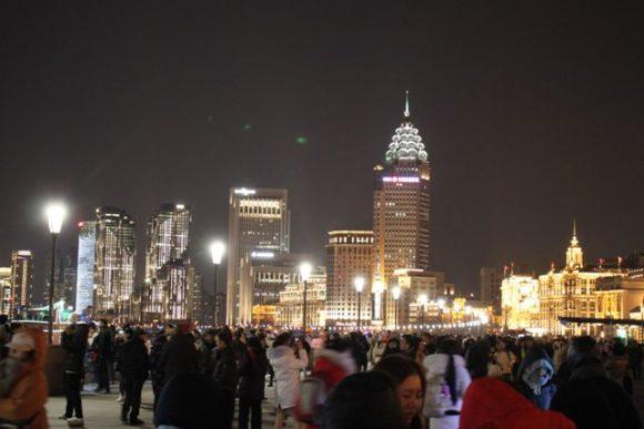 夜の外灘に集まる観光客